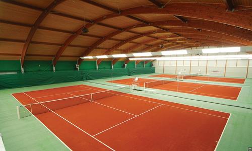 Hodina tenisu v SPORTCENTRU STEP v kterémkoliv pásmu! Venkovní kurty i komfortní klimatizovaná hala